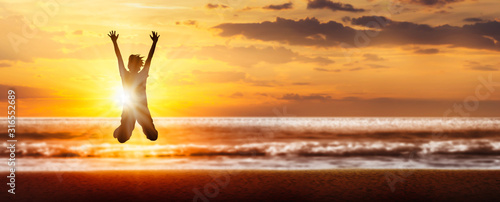 Fotografía freudensprung silhouette am strand