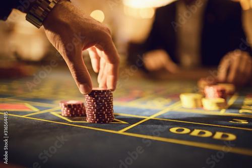 Fotografia A player plays roulette in a casino.