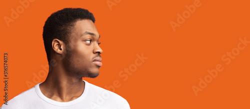 Fototapeta Side portrait of masculine afro guy looking at copyspace obraz