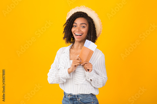 Photo Afro girl ready for trip holding passport and tickets