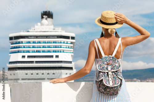 Photo Woman tourist standing in front of big cruise liner, travel female