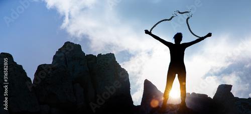 Obraz na plátně Silhoutte einer Frau mit gesprengten Ketten
