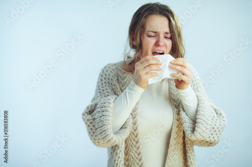 Fotografia sick elegant housewife with napkin sneezing