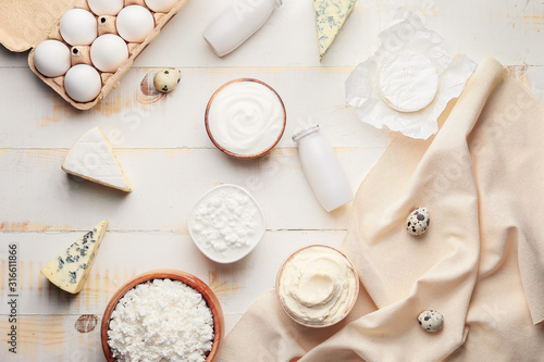 Fotomural Different dairy products on wooden background
