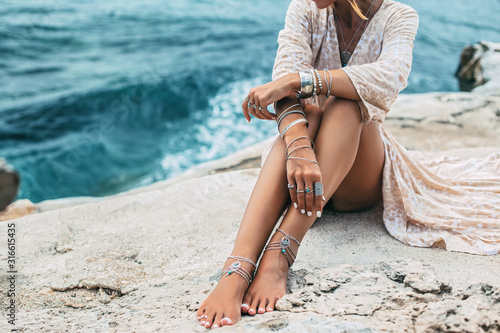 Photo Boho girl wearing indian silver jewelry on the beach