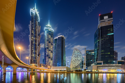 Photo Night skyline of Dubai, United Arab Emirates