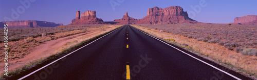 Cuadros en Lienzo Famous Road to Monument Valley Arizona/Utah border area, Navajo Indian Reservati
