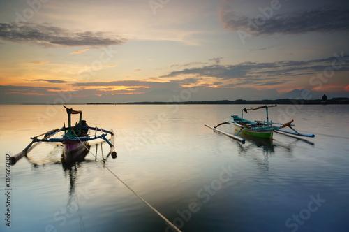 Photo fishing boat at sunset