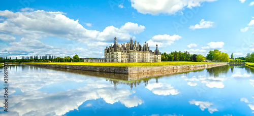 Foto Chateau de Chambord, Unesco medieval french castle and reflection