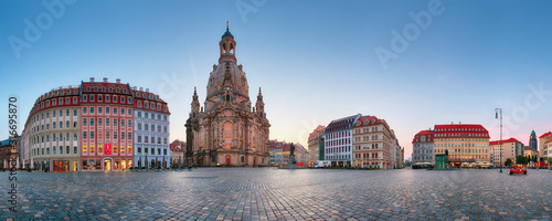 Canvastavla DRESDEN, GERMANY - AUGUST 19, 2015: Neumarkt square and Dresden Frauenkirche (Church of Our Lady)