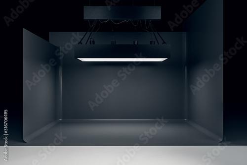 Photo Photo studio with lighting equipment and black background