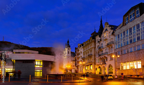 Fotografia Evening view of the streets of Karlovy Vary. Czech Republic