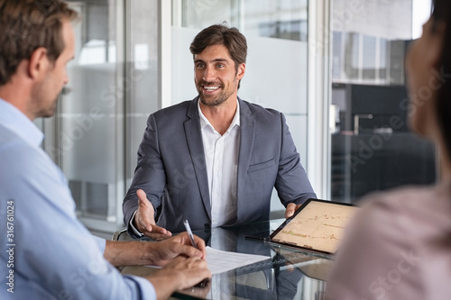 Photo Financial advisor consulting