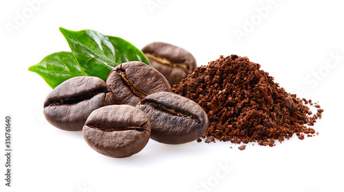 Fotografía Coffee beans with leaf on white background