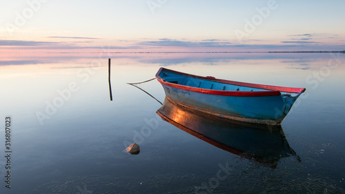 Barque de pêcheur sur l'étang du Vaccarès, en Camargue. Canvas Print