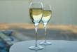 Leinwanddruck Bild - Nahaufnahme von zwei vollen Gläsern Champagner