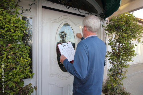 Man taking poll, door to door Tapéta, Fotótapéta