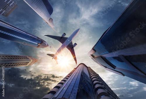 Photo Low angle view of airplane above skyscrapers
