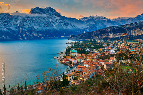 Photo  Beautiful Panorama in the Torbole a small town on Lake Garda in the winter time