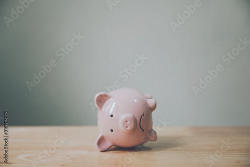 Carta da parati Piggy bank on wood table