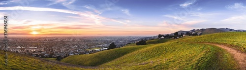 Cuadros en Lienzo Sunset view of hiking trail on the verdant hills of East San Francisco Bay Area;