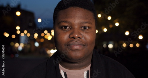 Photo Close up of fat african man looking straight to camera