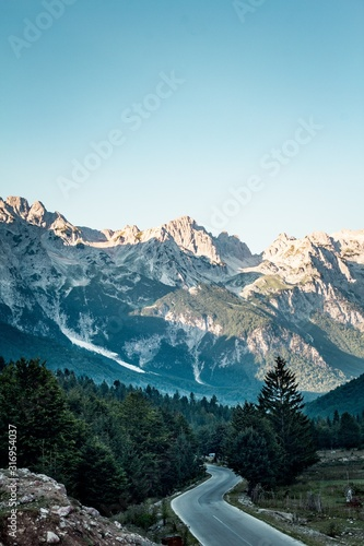 Photo Vertical high angle shot of Valbona Valley National Park under a clear blue sky