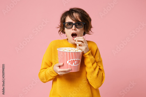 Shocked young woman girl in 3d imax glasses posing isolated on pink background фототапет