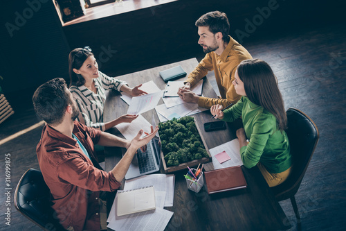 Photographie Top above high angle view photo of focused four people investors speak tell talk