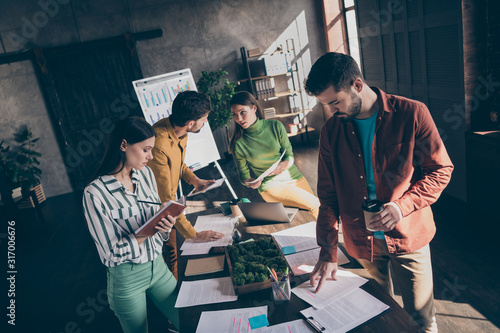 Photo Photo of busy interested focused people discussing problems of financial world s