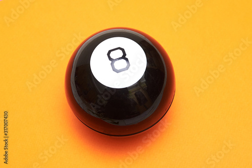 Fotomural Magic ball of predictions figure eight on an orange background.