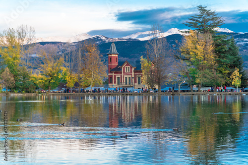 puigcerda-catalonia-spain-lake-of-puigcerda-with-villa-paulita-and-the-snowy-pyrenees-in-the-background