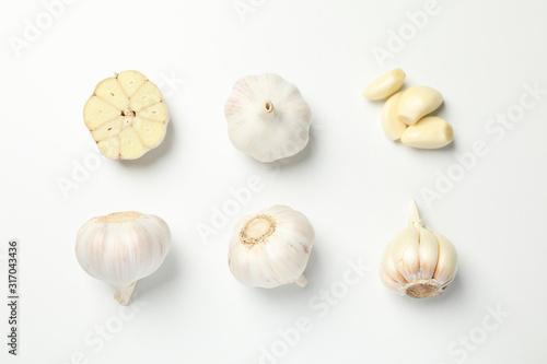 Fototapeta Flat lay with garlic bulbs on white background, top view obraz
