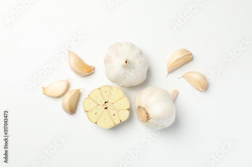 Fototapeta Fresh garlic bulbs, slices on white background, top view. Space for text obraz
