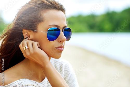 Canvastavla Fashion portrait of beautiful woman wearing sunglasses