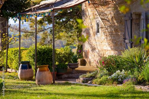 Terrasse ombragée dans le jardin d'une maison en Quercy, France.