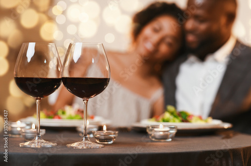 Obraz Selective focus on two glasses of wine over cuddling couple - fototapety do salonu