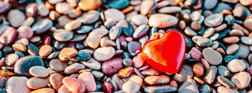 Fotografía Romantic symbol of red heart on the pebble beach