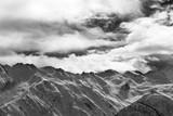 Śnieżne góry i chmurny niebo przy wieczór - 317104231