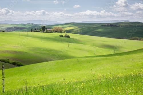 Photo Colline Toscane con casale sullo sfondo immerso nelle verdi colline