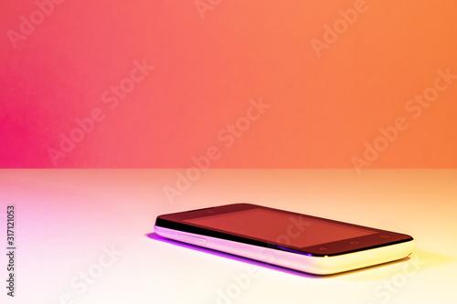 Valokuva Smartphone - Téléphone portable sur fond blanc et rose