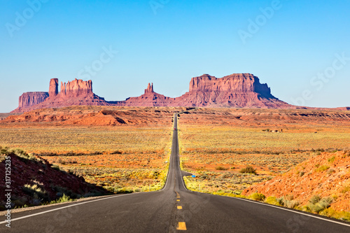 Photo Scenic Road leading to Monument Valley
