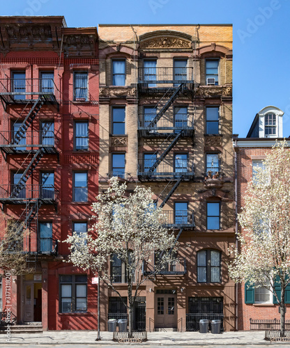 Photo New York City in Spring - Old buildings in the East Village of Manhattan