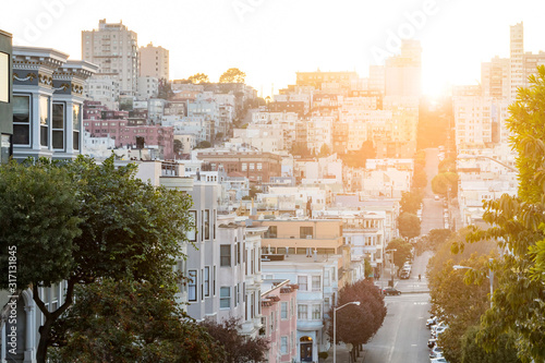 Photo Street scene in downtown San Francisco California with the warm light of sunset