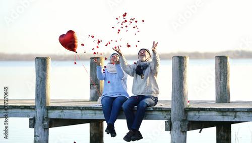 Fototapeta Rosenblätter werfen zum Valentinstag obraz