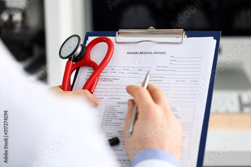 Photo Male medicine doctor hand holding silver pen writing