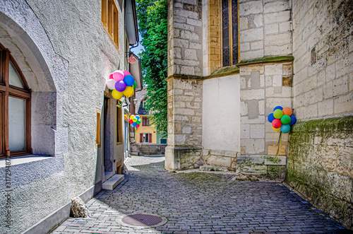 Photo Colored balloons in the old town of Biel-Bienne, Switzerland