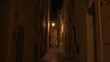 Kleine Straße in Saint Tropez bei nacht, schöne mediterrane Gasse in Süd frankreich, Frankreich