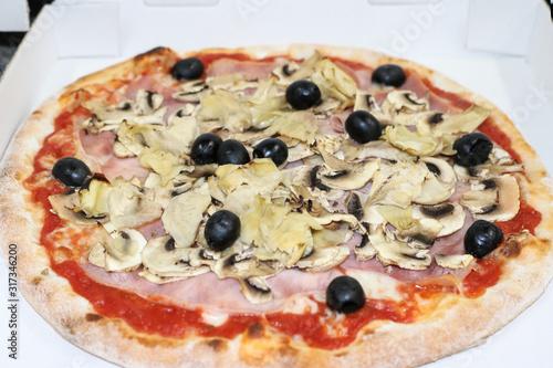 Fotografija Pizza capricious oliven,ham,mushrooms,artichokes in cardboard
