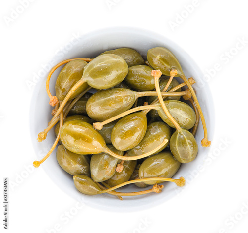 Fotografia Pickled capers with cuttings in a porcelain bowl